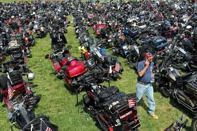 美国上千摩托车骑手巡游纪念阵亡将士(图)