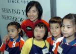 图文:奥运冠军刘璇访问香港 与小朋友合影