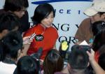图文:奥运冠军刘璇访问香港 被记者包围