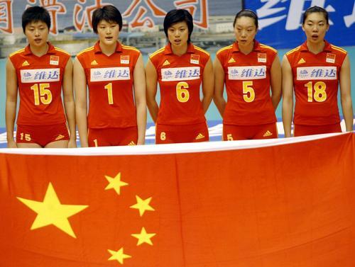 图文:女排精英赛中国VS古巴 中国女排出场