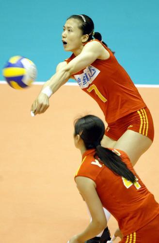 图文:女排精英赛中国VS古巴 周苏红奋力救球