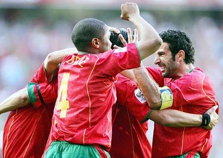 图文:葡萄牙2-0领先斯洛伐克 菲戈与队友庆祝
