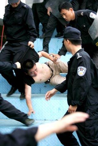 组图:中甲裁判判罚引争议 河南球迷与警方冲突