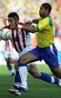 图文:南美预选赛巴西vs乌拉圭 阿德突破防守