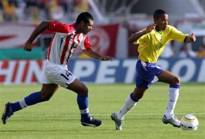 图文:南美预选赛巴西vs巴拉圭 罗比尼奥进攻