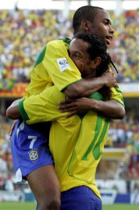 图文:南美预选赛巴西vs巴拉圭 小罗与队友庆祝