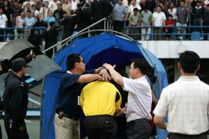 老球迷遍体鳞伤 公安局副局长道歉--记新乡事件