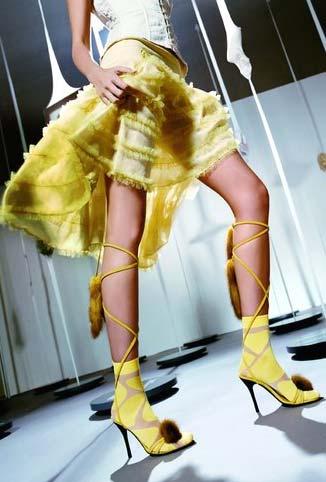 美女大胆露一腿!鱼网袜回归诱惑的年代图