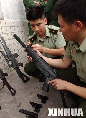 组图:重庆查获强杀伤力仿真枪