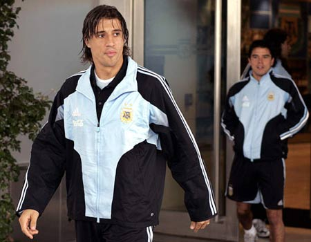 图文:阿根廷队期待战巴西 克雷斯波走出休息室