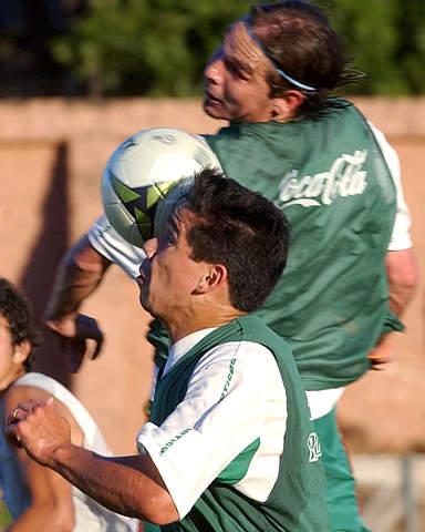 图文:玻利维亚挑战巴拉圭 球员在训练中争顶