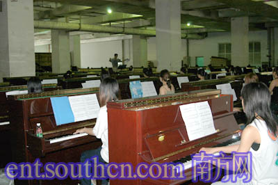 百架钢琴齐奏冼星海《黄河》