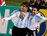 图文:阿根廷巴西对决 克雷斯波罗米相拥庆祝