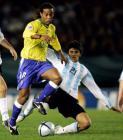 图文:阿根廷巴西巅峰对决 小罗带球突破