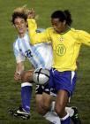 图文:南美巅峰对决 小罗纳尔多与对方球员拼抢