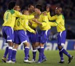 图文:南美巅峰对决 巴西队球员庆祝卡洛斯进球