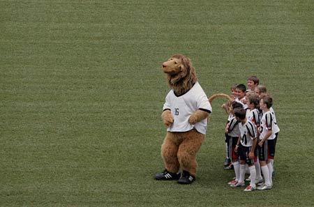 图文:世界杯一周年倒计时 贝肯鲍尔吉祥物踢球