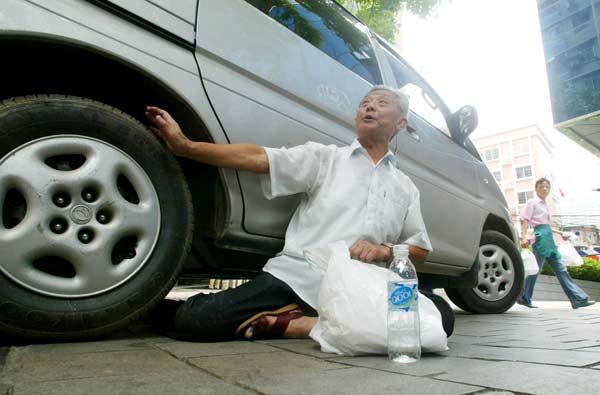 恋老j玉兔赤相册图片图_由于埋怨占道停车 78岁老伯昨大闹停车场(图)