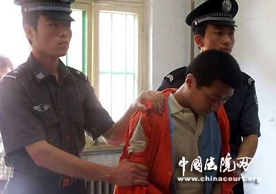 法官宣读最高法院的刑事裁定时李大伟始终低着头.