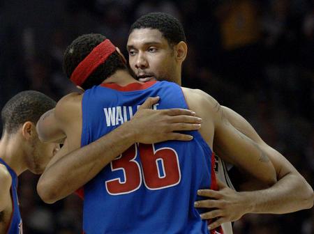邓肯 华莱士/NBA总决赛表情组图欣赏:亲密拥抱信心十足