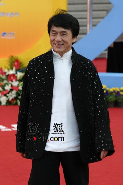 图文:第八届上海电影节成龙亮相红地毯