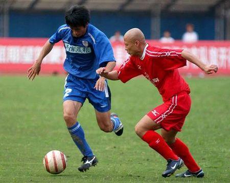 图文:厦门2-1客场胜南京有有 芦欣防守钟毅