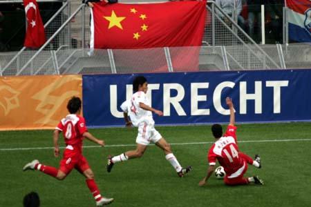 图文:世青赛中国2-1土耳其 冒着敌人炮火前进