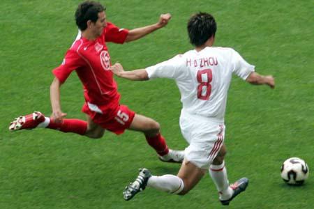 图文:世青赛中国2-1土耳其 周海滨突破