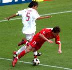 图文:世青赛中国2-1土耳其 冯潇霆与对手争抢