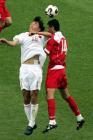图文:世青赛中国2-1土耳其 双方队员二龙戏珠