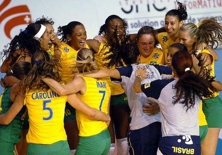图文:精英赛中国女排获亚军 巴西队员庆祝胜利