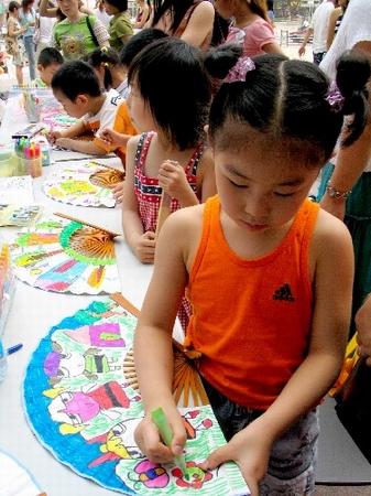 南京儿童手绘扇面展才艺(图)