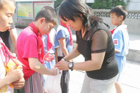 图:山区的孩子们看《红领巾》―6