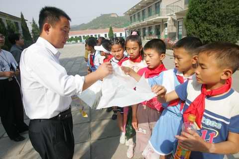 图:山区的孩子们看《红领巾》―8