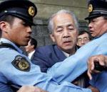 支持原住民的日本老者与警察冲突