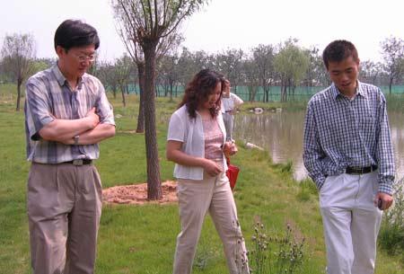 17期记者训练营精彩图片:三位在园中漫步