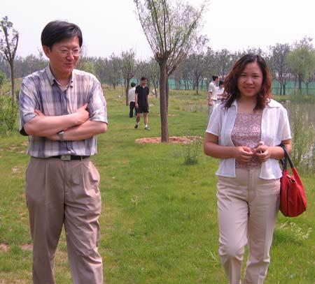 17期记者训练营精彩图片:在园中散步,多悠闲