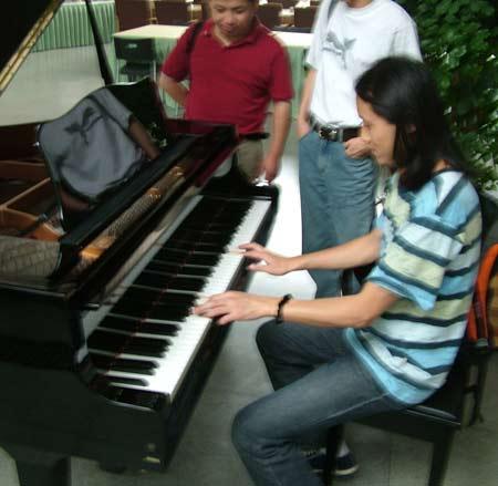 17期记者训练营精彩图片:马刚原来是个音乐家