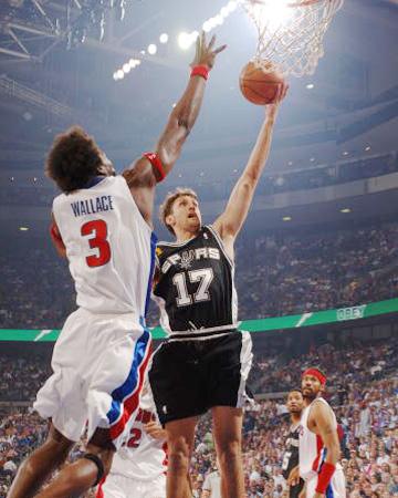 布伦特 华莱士/NBA总决赛第三场马刺VS活塞本/华莱士封盖巴里