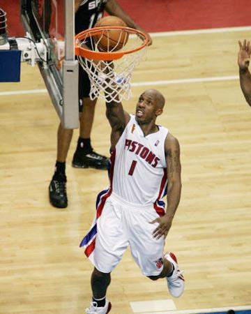 比卢普斯/图文:NBA总决赛活塞胜马刺比卢普斯轻松上篮