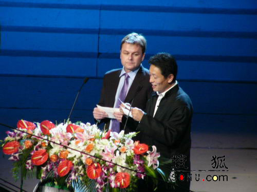 图:第11届上海电视节颁奖礼-嘉宾颁奖