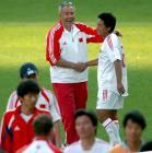 图文:中国胜乌克兰 克劳琛走进赛场向队员祝贺