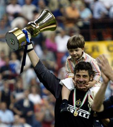 国米获意大利杯冠军 托尔多和儿子庆祝