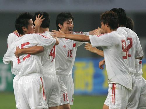 图文:中哥赛中国领先 张耀坤和队友庆祝进球