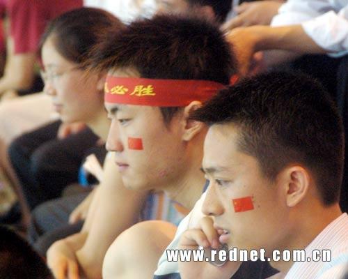 图文:中国对阵哥斯达黎加 场外球迷神情各异