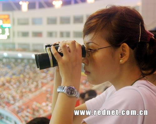 图文:中国对阵哥斯达黎加 漂亮的女球迷