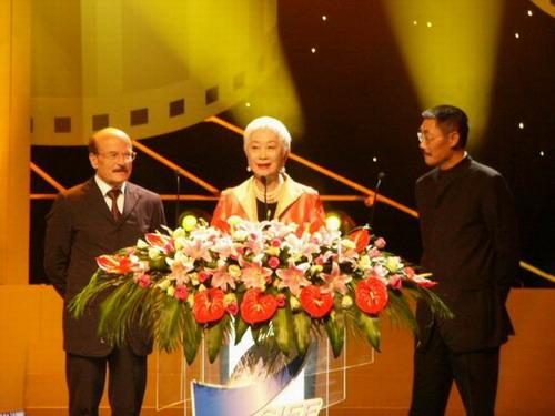 图文:电影节颁奖晚会-何平等上台致词