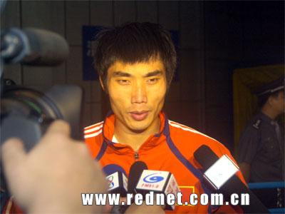 图文:中哥赛后均不服输 郑智赛后接受采访