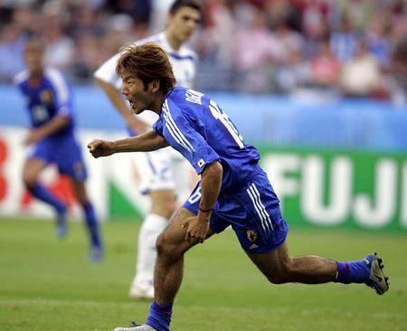 图文:联合会杯希腊VS日本 大黑将志进球后狂奔