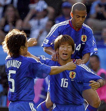 图文:联合会杯希腊VS日本 大黑将志庆祝进球